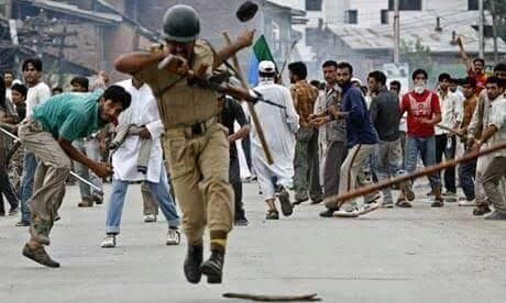 stone-pelting-on-indian-forces-in-kashmir-1